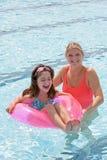 Mutter und Tochter, die im Pool spielen Stockfotografie