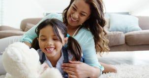 Mutter und Tochter, die im Wohnzimmer spielen stock video footage