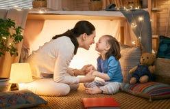 Mutter und Tochter, die im Zelt spielen stockfoto