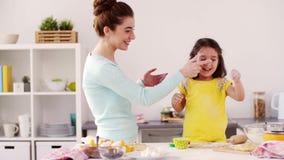 Mutter und Tochter, die Küche des Spaßes zu Hause haben stock footage