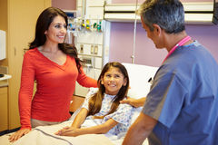Mutter und Tochter, die mit Berater In Hospital Room sprechen Lizenzfreies Stockfoto