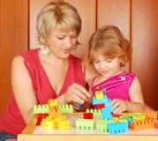 Mutter und Tochter, die mit Blöcken spielen Lizenzfreies Stockbild