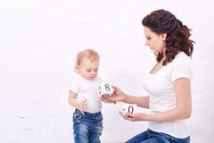 Mutter und Tochter, die mit Blöcken spielen Lizenzfreies Stockfoto
