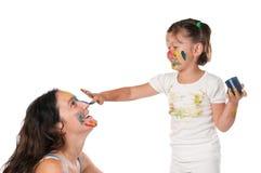 Mutter und Tochter, die mit Farben spielen Lizenzfreie Stockfotografie