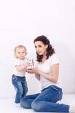 Mutter und Tochter, die mit Würfeln spielen Stockfoto