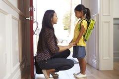 Mutter und Tochter, die nach Hause für Schule verlassen Stockfoto