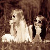 Mutter und Tochter, die Picknick im Park haben Stockbild