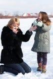 Mutter und Tochter, die schönen Wintertag genießen Stockfoto