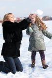 Mutter und Tochter, die schönen Wintertag genießen Stockfotos