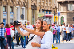 Mutter und Tochter, die selfie nehmen Lizenzfreie Stockbilder