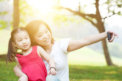 Mutter und Tochter, die selfie nehmen Stockfotos