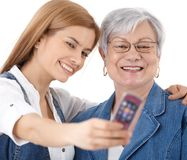 Mutter und Tochter, die sich fotografieren Stockfotografie