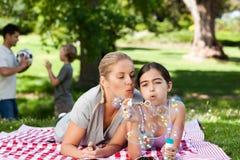 Mutter und Tochter, die Spaß haben Lizenzfreie Stockfotos
