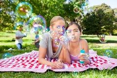 Mutter und Tochter, die Spaß haben Lizenzfreie Stockfotografie