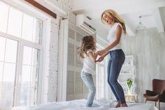 Mutter und Tochter, die Spaß zu Hause haben Lizenzfreie Stockfotos