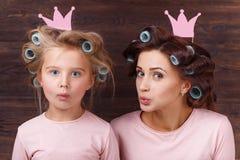 Mutter und Tochter, die Spaß zusammen haben Stockfotografie