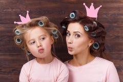 Mutter und Tochter, die Spaß zusammen haben Stockfoto