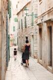Mutter und Tochter die Straßen der alten Stadt gehen Lizenzfreies Stockbild