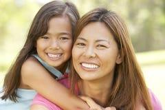 Mutter und Tochter, die Tag im Park genießen Stockfotos