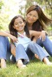 Mutter und Tochter, die Tag im Park genießen Lizenzfreie Stockbilder