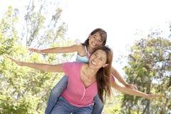 Mutter und Tochter, die Tag im Park genießen Lizenzfreie Stockfotos