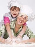 Mutter und Tochter, die Teig zubereiten Lizenzfreie Stockfotografie