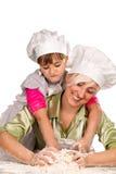 Mutter und Tochter, die Teig zubereiten Lizenzfreie Stockfotos