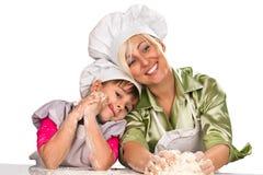 Mutter und Tochter, die Teig zubereiten Stockfotografie