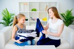 Mutter und Tochter, die Wäscherei tun lizenzfreies stockfoto