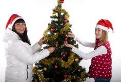 Mutter und Tochter, die Weihnachten feiern Lizenzfreie Stockfotos