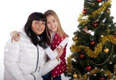 Mutter und Tochter, die Weihnachten feiern Lizenzfreie Stockfotografie
