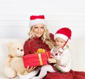 Mutter und Tochter, die Weihnachten feiern Stockbilder