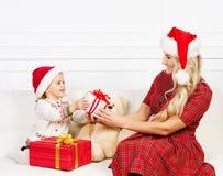 Mutter und Tochter, die Weihnachten feiern Lizenzfreies Stockfoto