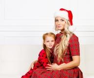 Mutter und Tochter, die Weihnachten feiern Stockfoto