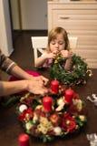 Mutter und Tochter, die Weihnachtsvorbereitungen tun lizenzfreie stockfotografie