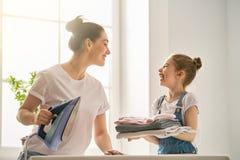 Mutter und Tochter, die zu Hause bügeln Stockfoto