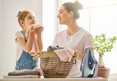 Mutter und Tochter, die zu Hause bügeln Stockfotografie