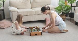 Mutter und Tochter, die zu Hause foosball spielen stock video