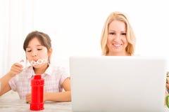Mutter und Tochter, die zu Hause spielen Lizenzfreies Stockfoto
