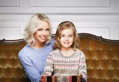 Mutter und Tochter, die zu Hause Weihnachten feiern Lizenzfreie Stockbilder