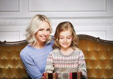 Mutter und Tochter, die zu Hause Weihnachten feiern Stockbild