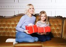 Mutter und Tochter, die zu Hause Weihnachten feiern Stockbilder