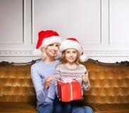 Mutter und Tochter, die zu Hause Weihnachten feiern Lizenzfreie Stockfotografie