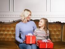 Mutter und Tochter, die zu Hause Weihnachten feiern Stockfoto