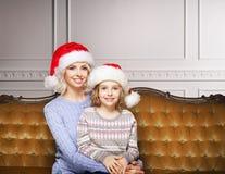 Mutter und Tochter, die zu Hause Weihnachten feiern Stockfotos