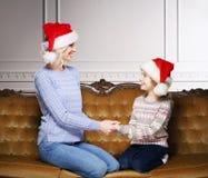 Mutter und Tochter, die zu Hause Weihnachten feiern Stockfotografie