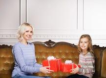 Mutter und Tochter, die zu Hause Weihnachten feiern Lizenzfreie Stockfotos