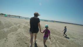 Mutter und Tochter, die zum Meer gehen stock footage