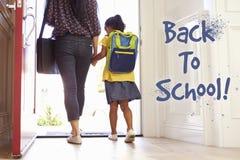 Mutter und Tochter, die zurück zu Schule vorangehen Stockfotos