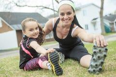 Mutter und Tochter, die zusammen Übungen tun Lizenzfreie Stockfotografie